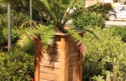 עיצוב גינה בשילוב אדניות מעץ